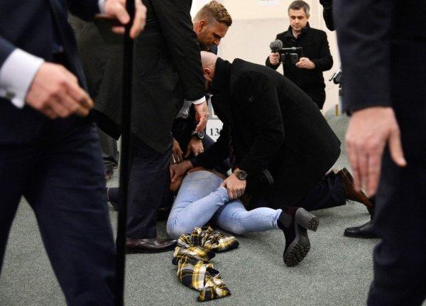 Полуобнаженная активистка Femen набросилась на президента Чехии в Праге