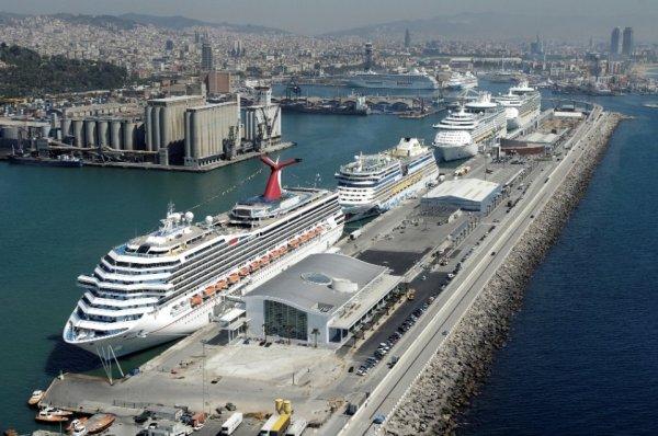 В порту Барселоны  паром столкнулся с круизным судном