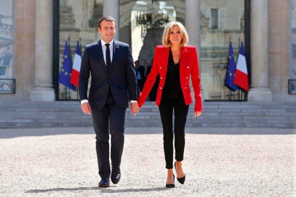 Во Франции обсуждают эротический роман, написанный президентом Макроном