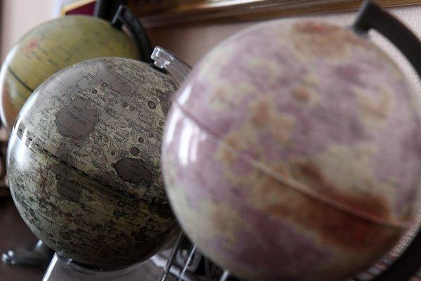Во Франции продают глобусы с российским Крымом