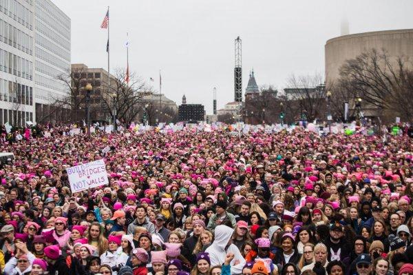 В США сотни тысяч женщин вышли на демонстрацию в поддержку феминизма