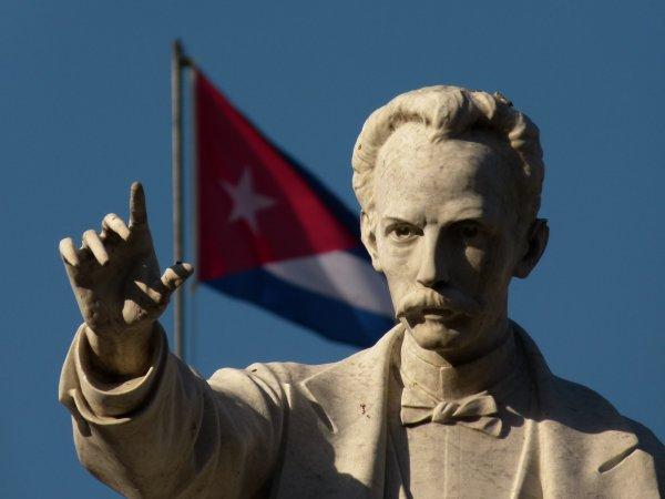 Рауль Кастро возглавил факельное шествие в честь героя Кубы Хосе Марти