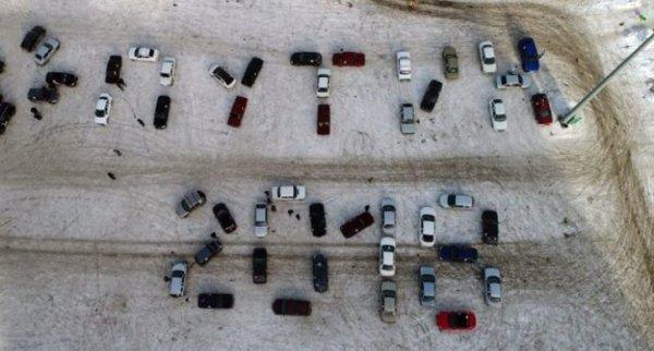 В Челябинске студенты  выстроили надпись «Путин 2018» из автомобилей