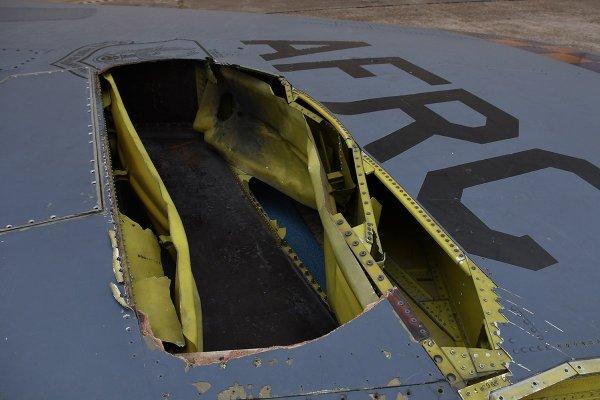 Молния пробила огромную дыру в американском бомбардировщике