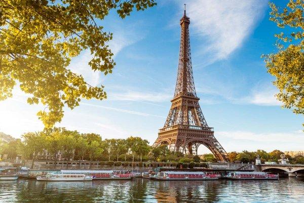 Эйфелеву башню снова хотят перекрасить в красный цвет