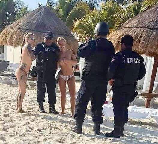 Полицейских отстранили от работы за «пляжное» селфи с голыми женщинами