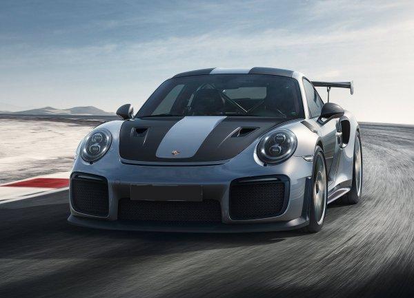 Старый и новый Porsche 911 прокатили лыжников по замерзшему озеру