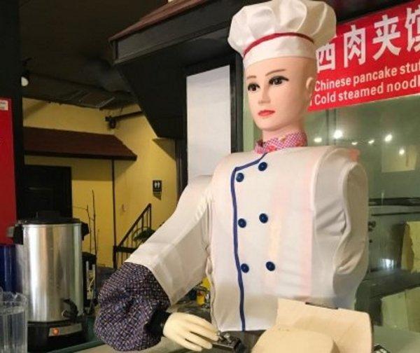 В китайском ресторане робот-повар умеет делать лапшу