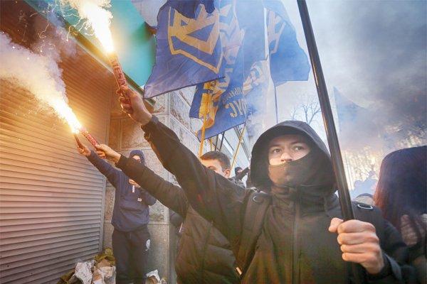 Киевлян возмутила надпись «Крым наш» на украинском флаге