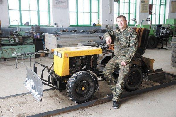 Уральский педагог своими руками создает мини-трактора