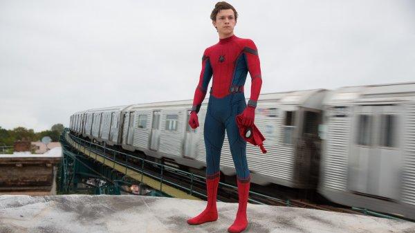 Во время интервью один блогер пытался облизать кроссовки «Человека-паука»