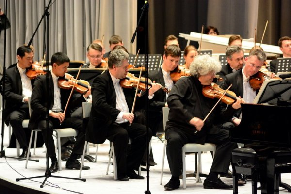 Оркестр Гергиева отыграл концерт на шести «КамАЗах» на заводе