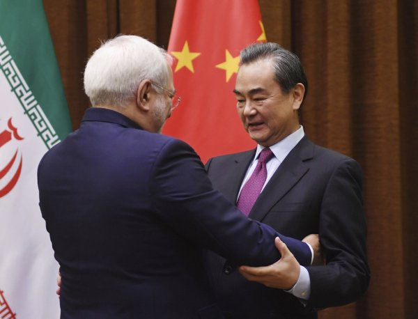 Главы МИД Китая и Ирана обговорили ядерную сделку