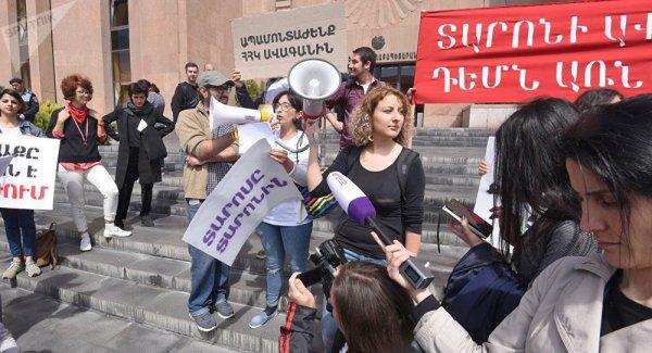 В Ереване демонстранты взяли штурмом здание местной администрации