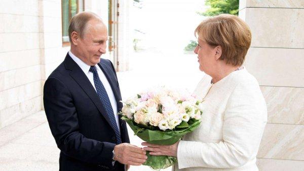 Bild считает оскорблением подаренный Путиным Меркель букет цветов