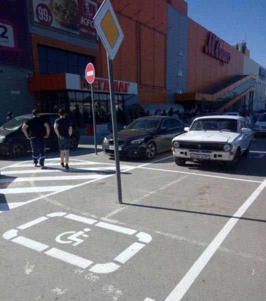 В Ростове высмеяли позорное место для парковки инвалидов