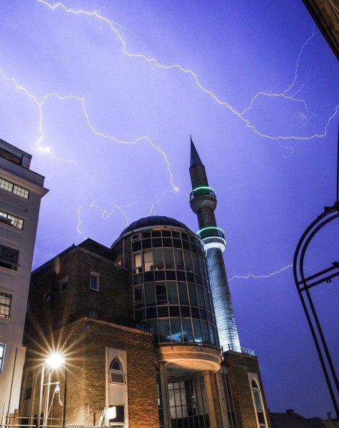Катаклизмы в Великобритании: На юге Лондона ударило 15 тысяч молний за четыре часа