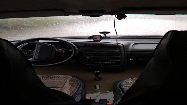 В Перми автомобиль попал в глубокую лужу