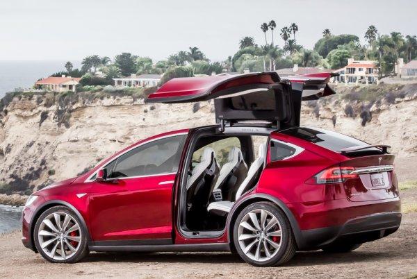 Автомобили Tesla можно заказать в «Связном»