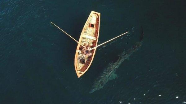 На Филиппинах рыбак на каноэ едва спасся от чудища морского