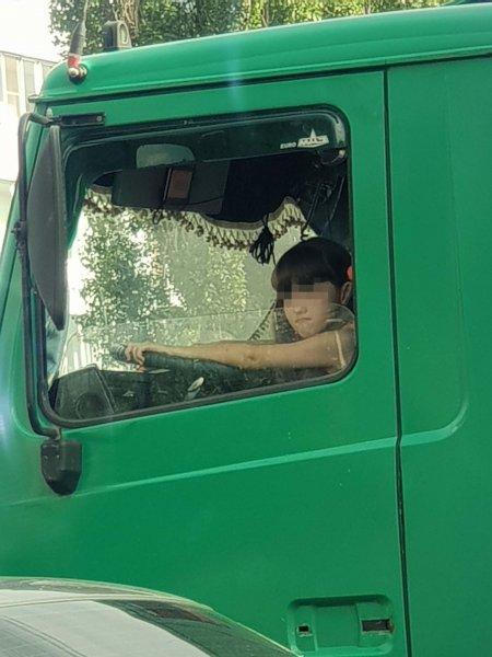 В Воронеже заметили суровую девочку за рулем большого грузовика