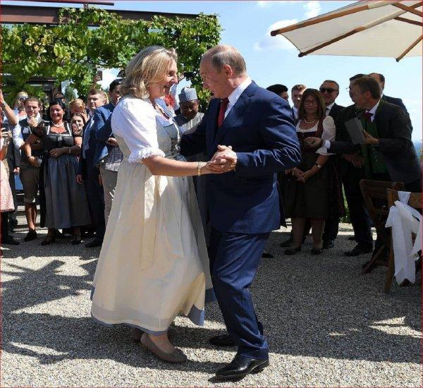 На главу МИД Австрии посыпались проблемы после танца с Путиным