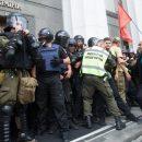 В Киеве националисты подрались с полицией у здания Верховной Рады