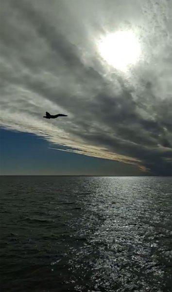 В Сети появилось видео полета российского истребителя Су-27 рядом с украинскими кораблями
