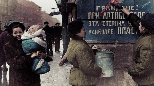 Это просто кощунство! Художница из Петербурга раскрасила фото времен ВОВ