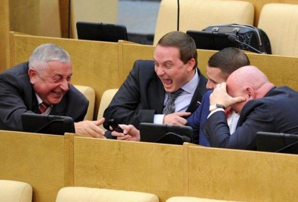 Депутат Госдумы засунул палец в ухо коллеги во время заседания