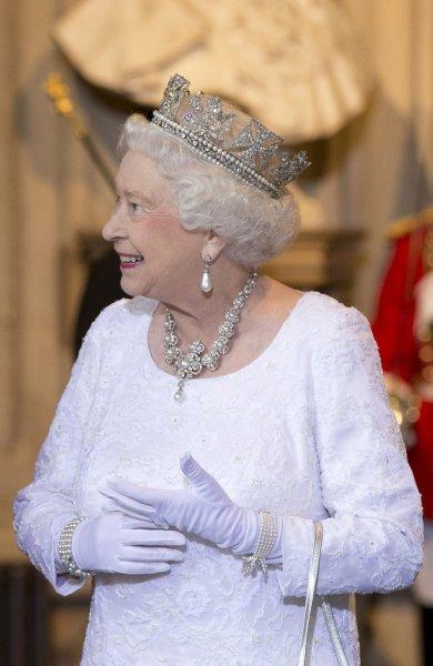В Сети обсуждают лицо королевы Елизаветы II среди грозовых туч
