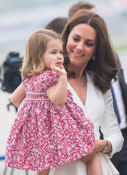 Кейт Миддлтон с принцессой Шарлоттой посетили лондонский паб – СМИ