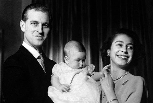 Королева Елизавета умилила фанатов архивным фото шестимесячного сына Чарльза