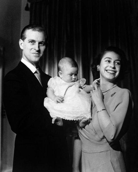 Эксперт раскрыл смысл архивного фото принца Чарльза на столе королевы Елизаветы