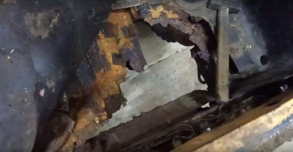 Как гниют «Нивы»: Проржавевший до дыр ВАЗ-2121 показали на видео