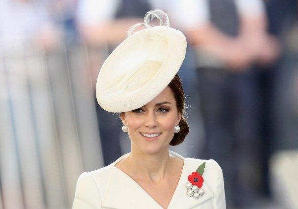 Герцогиня Кембриджская встретилась со знаменитостями в старом переделанном платье