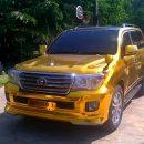«Дорого-богато»: В сети оценили «золотой» Toyota Land Cruiser «для цыганского барона»
