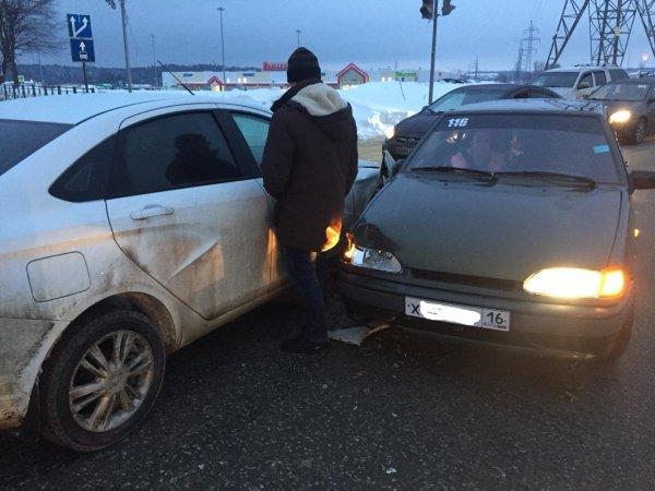 «Самая дорогая фольга в России»: LADA Vesta не выдержала «лобовой битвы» с LADA Samara