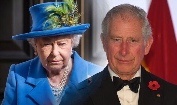 Лучше уж собаки: Королева Елизавета II избегает окружения принца Чарльза