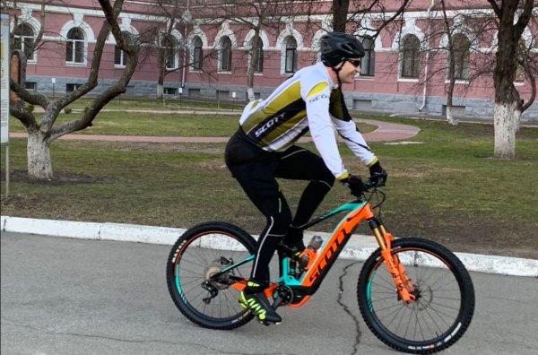 А Собянин скромнее: «Жирующий» мэр Кличко приехал голосовать за президента на велосипеде за $8200