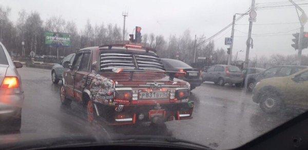 «Осталось в салоне поклеить обои»: Тюнинговый «Жигуль» высмеяли в сети