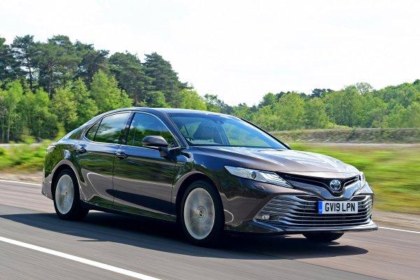 «Люксовость» против экономичности – О выборе между Toyota Camry и Peugeot 508 рассказали в сети