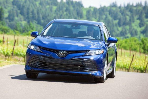 «Даже Приора так не гнется»: «Кузов-промокашку» новой Toyota Camry показал блогер