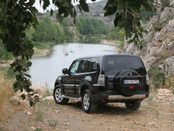 «Пафик» против «Паджерика»: О выборе между Nissan Pathfinder и Mitsubishi Pajero рассказал блогер