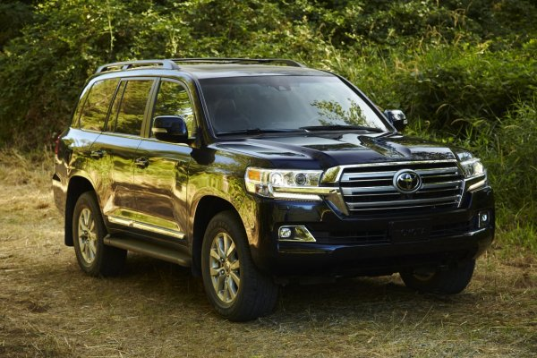 «Люстры хрустальной не хватает»: «Вырвиглазный» тюнинг Toyota Land Cruiser «цыганского барона» оценили в сети