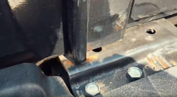 «Они издеваются?»: Блогера шокировал УАЗ «Хантер», ржавеющий прямо в автосалоне