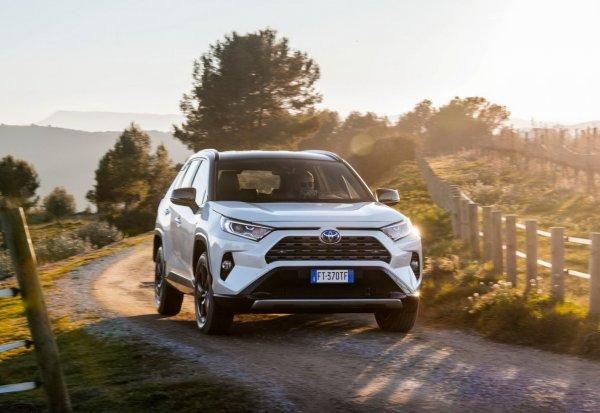 Далеко ли ушел новый Toyota RAV4 от предыдущего поколения и стоит ли новинка своих денег?