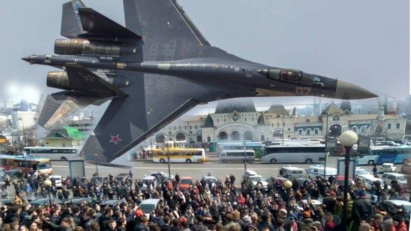 Су-35С «терроризируют» Владивосток полётами над крышами домов