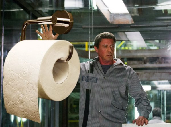 Пока россияне скупают туалетную бумагу... Смешные моменты из фильмов о ней
