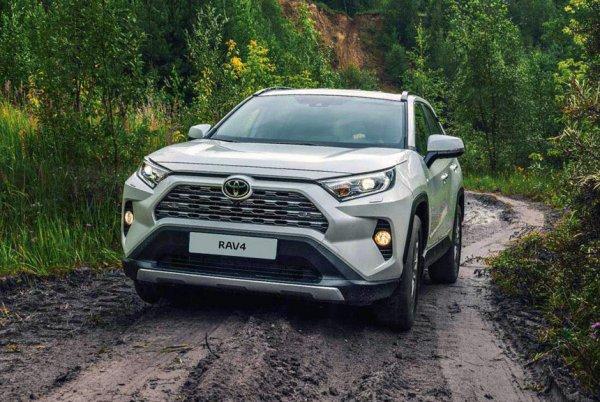 «Японец», которому подвластно все: Почему новый Toyota RAV4 продолжают нарасхват покупать россияне